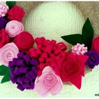 Ανοιξιάτικο στεφάνι με τσόχινα λουλούδια για ένα κρυφό κουνέλι