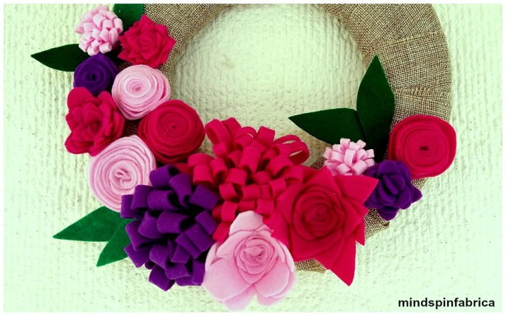 Ανοιξιάτικο στεφάνι με τσόχινα λουλούδια.
