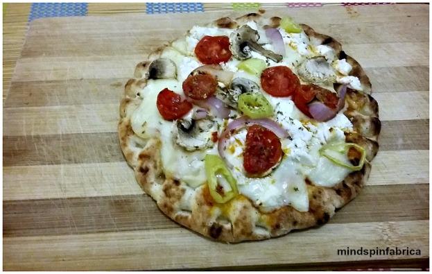 Πίτσα με γκούντα, φέτα, μανιτάρια και τοματίνια