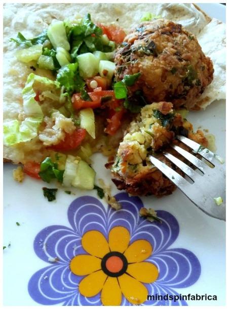 Φάτε τα φαλαφελ με διάφορα λαχανικά της αρεσκείας σας.