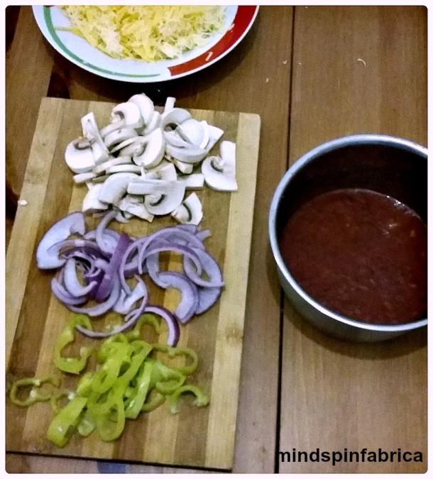 Υλικά για πίτσα. Σάλτσα, πιπεριές, κρεμμύδια, μανιτάρια, κασέρι.