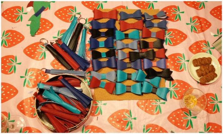 Φιογκάκια-καρφίτσες και μπρερλόκ με φούντες_Κουμπί