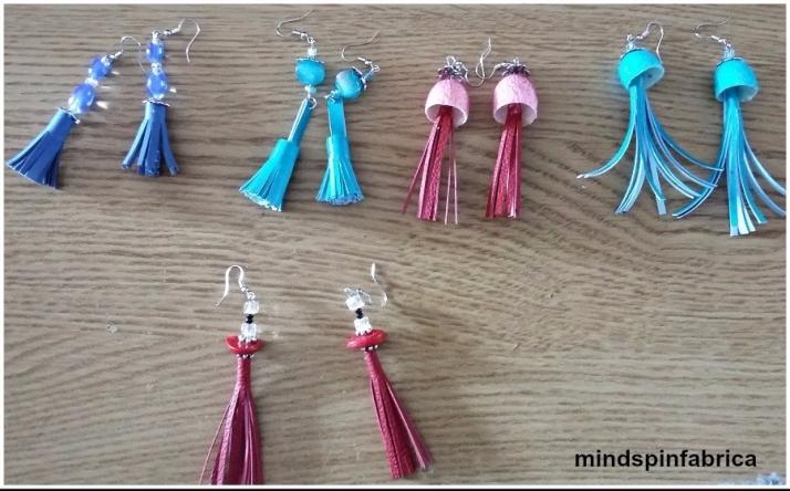 Σκουλαρίκια από δερματίνη με φούντες_mindspinfabrica