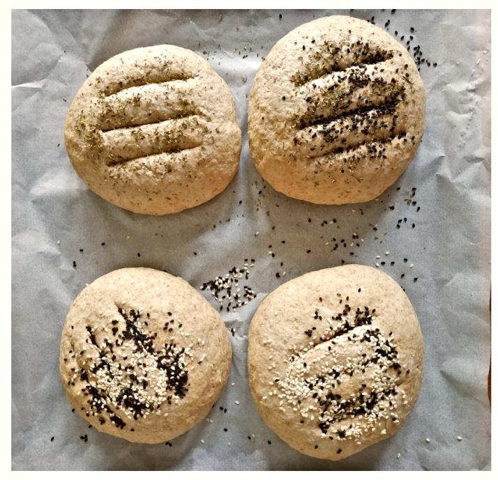 Τέσσερα καρβελάκια ζυμωτού ψωμιού_MindSpinFabrica