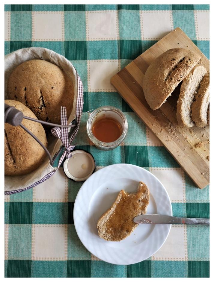 Πρωινό με ζυμωτό ψωμί από αλεύρι ολικής άλεσης_MindSpinFabrica