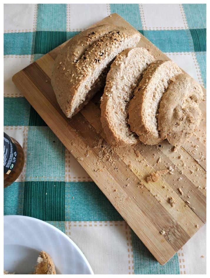 Φέτες ζυμωτού ψωμιού με αλεύρι ολικής άλεσης_MindSpinFabrica