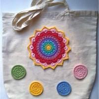 Πλεκτή mandala με βελονάκι σε υφασμάτινη καλοκαιρινή τσάντα