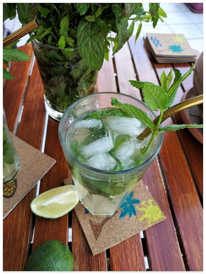 Cocktail mojito με lime, leyko roymi kai dyosmo