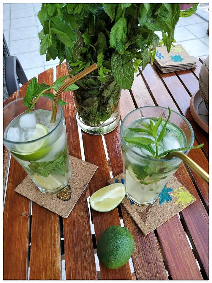 cocktails mohito στη βεράντα